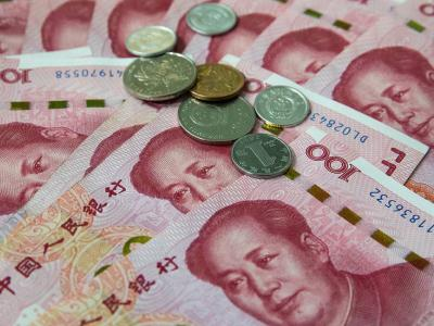 epa07757513 Chinese 100 yuan or renminbi (RMB) notes and coins in Beijing, China, 05 August 2019. China's Yuan fell below the key level of seven to the US Dollar for the first time in eleven years, following the last week's US President Donald Trump's threat for more tariff on Chinese goods, according to media reports on 05 August 2019.  EPA-EFE/ROMAN PILIPEY