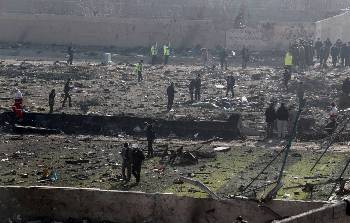 epa08111933 Officials inspect the wreckage site after an Ukraine International Airlines Boeing 737-800 carrying 176 people crashed near Imam Khomeini Airport in Tehran, killing everyone on board, in Shahriar, Iran, 08 January 2020.  EPA-EFE/ABEDIN TAHERKENAREH